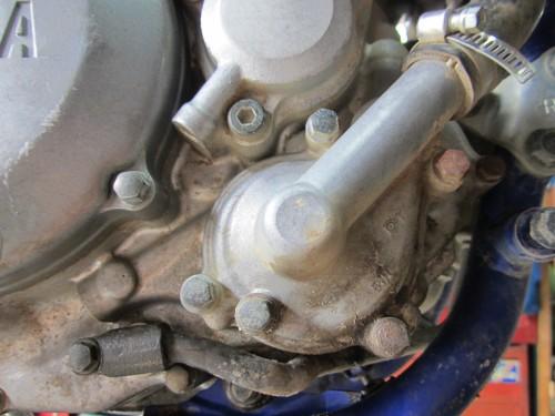 ヤマハ WR250F ウォーターポンプ シールからの漏れ